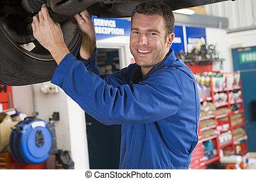 автомобиль, улыбается, механик, за работой, под