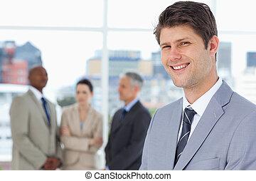 бизнесмен, его, вертикально, между, команда, улыбается, постоянный, his