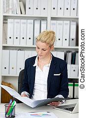 бизнес-леди, папка, чтение, заявление