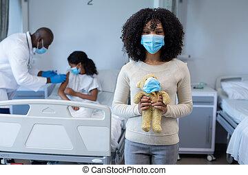 больница, дочь, вакцина, женщина, смешанный, держа, врач, giving, covid, лицо, раса, больной, тедди, маска