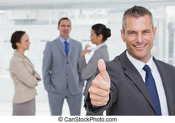большой палец, задний план, менеджер, показ, веселая, сотрудников, вверх