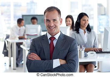 ведущий, his, команда, менеджер, центр, улыбается, вызов