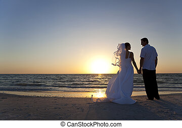 в браке, &, пара, жених, невеста, закат солнца, свадьба, пляж