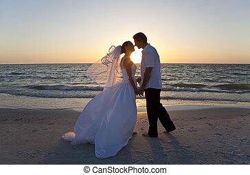 в браке, &, пара, жених, невеста, закат солнца, свадьба, целование, пляж