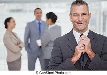 галстук, задний план, his, менеджер, улыбается, tidying, сотрудников, вверх