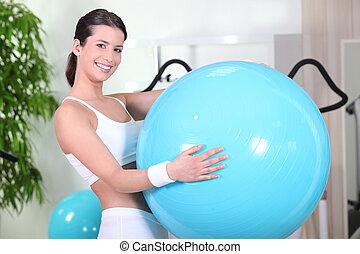 гимнастический зал, мяч, улыбается, упражнение, женщина