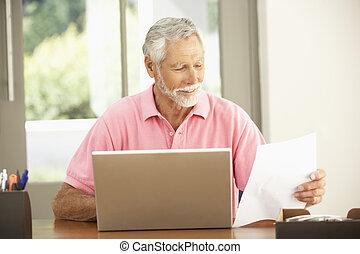главная, портативный компьютер, человек, старшая, с помощью