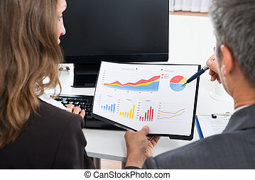 график, discussing, два, businesspeople