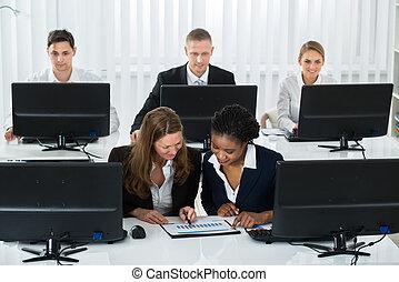 график, discussing, два, businesswomen