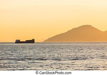 грузовое судно, закат солнца, парусный спорт