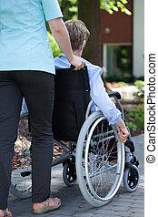 гулять пешком, женщина, инвалидная коляска, пожилой, медсестра