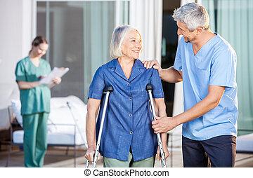 гулять пешком, женщина, смотритель, помощь, старшая, мужской, счастливый