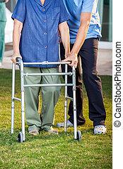 гулять пешком, женщина, смотритель, рамка, помощь, с помощью, старшая