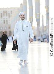 гулять пешком, мусульманка