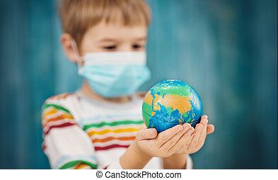 держа, медицинская, маска, ребенок, немного, планета, мяч, земля