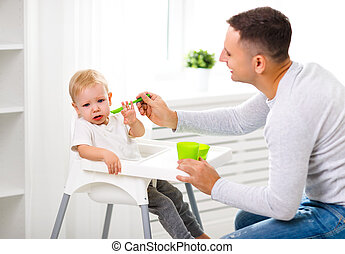 детка, feeds, плакать, отец, сын