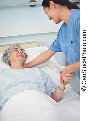 ее, рука, в то время как, держа, медсестра, улыбается, пациент