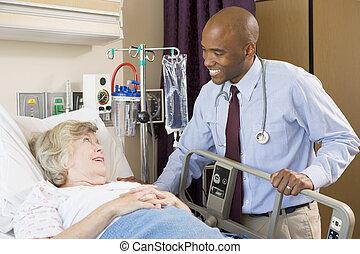 женщина, врач, больница, постель, talking, старшая, лежащий