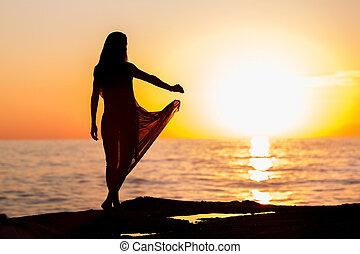 женщина, закат солнца, танцы