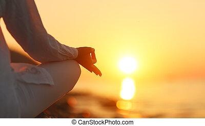 женщина, йога, поза, meditating, закат солнца, руки, пляж