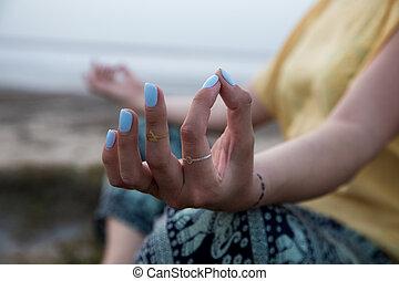 женщина, йога, поза, meditating, рука, закат солнца, пляж
