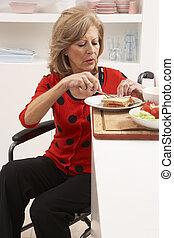 женщина, отключен, сэндвич, изготовление, старшая, кухня