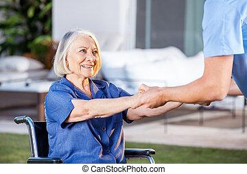 женщина, получить, инвалидная коляска, вверх, помощь, медсестра, мужской, старшая