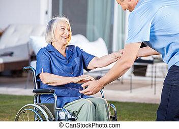 женщина, получить, смотритель, инвалидная коляска, вверх, помощь, старшая