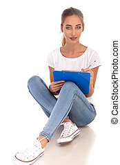 женщина, принятие, молодой, seated, буфер обмена, notes