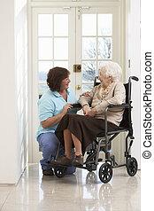 женщина, сиделка, сидящий, инвалидная коляска, отключен, старшая