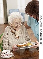 женщина, сиделка, являющийся, served, старшая, еда