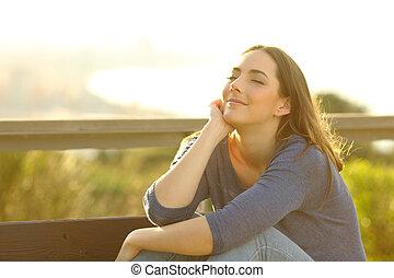 женщина, сидящий, скамейка, relaxing, закат солнца