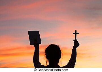женщина, силуэт, библия, легкий, молодой, пересекать, background., лифт, закат солнца, держа, руки, кристиан