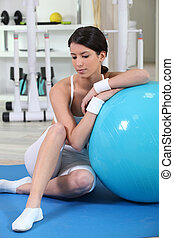 женщина, упражнение, мяч, сидящий