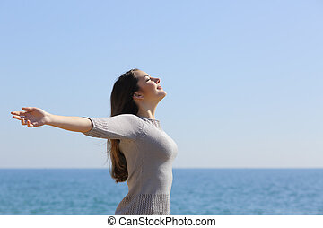 женщина, arms, глубоко, воздух, дыхание, свежий, пляж, raising, счастливый