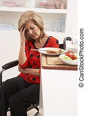 женщина, distressed, отключен, сэндвич, изготовление, старшая, кухня