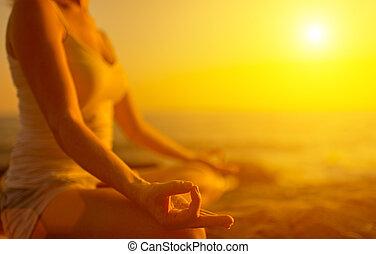 женщина, meditating, пляж, закат солнца, йога, рука, поза
