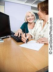 женщина, notes, письмо, в то время как, компьютер, одноклассник, с помощью, старшая