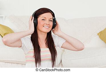 живой, прослушивание, красивая, музыка, в то время как, комната, ковер, женщина, red-haired, наушники, сидящий