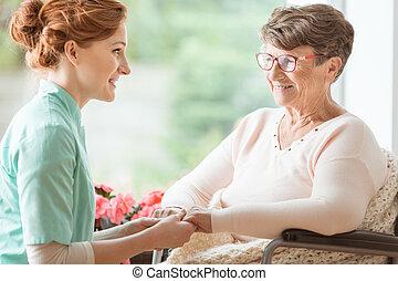 живой, explaining, пациент, ее, гериатрический, дом, помощь, сострадательный, боковая сторона, инвалид, медицинская, в то время как, pensioners., держа, view., слабоумие, procedures, медсестра, hands.