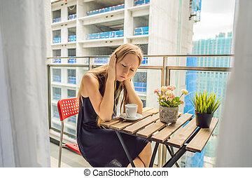 здание, женщина, балкон, concept., молодой, воздух, шум, пыли, outside., работает, annoyed, загрязнение