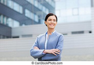 здание, офис, бизнес-леди, над, молодой, улыбается