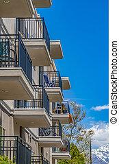 здание, синий, снежно, жилой, небо, balconies, против, гора