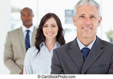 зрелый, команда, his, менеджер, в то время как, следующий, улыбается, его