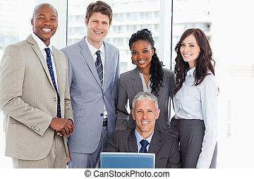 зрелый, команда, his, менеджер, улыбается, компьютер