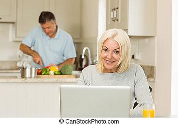 зрелый, портативный компьютер, с помощью, блондинка, счастливый
