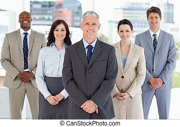 зрелый, постоянный, вертикально, команда, his, followed, улыбается, бизнесмен