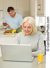 зрелый, счастливый, с помощью, портативный компьютер, блондинка