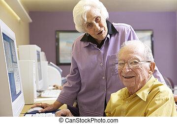 использование, женщина, помощь, компьютер, старшая, человек
