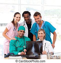команда, examining, улыбается, камера, рентгеновский, медицинская